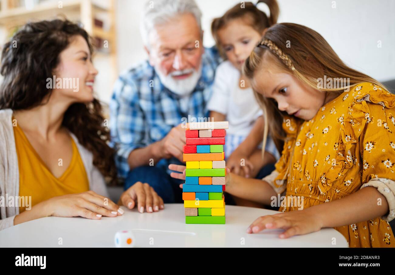 Famille heureuse de jouer à la maison et avoir du plaisir ensemble. Banque D'Images