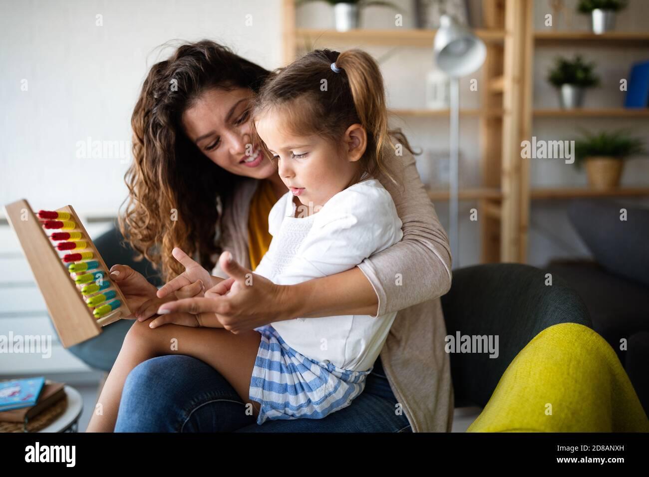 Mère et fille mignonne, petit enfant jouant avec abacus, l'éducation précoce Banque D'Images