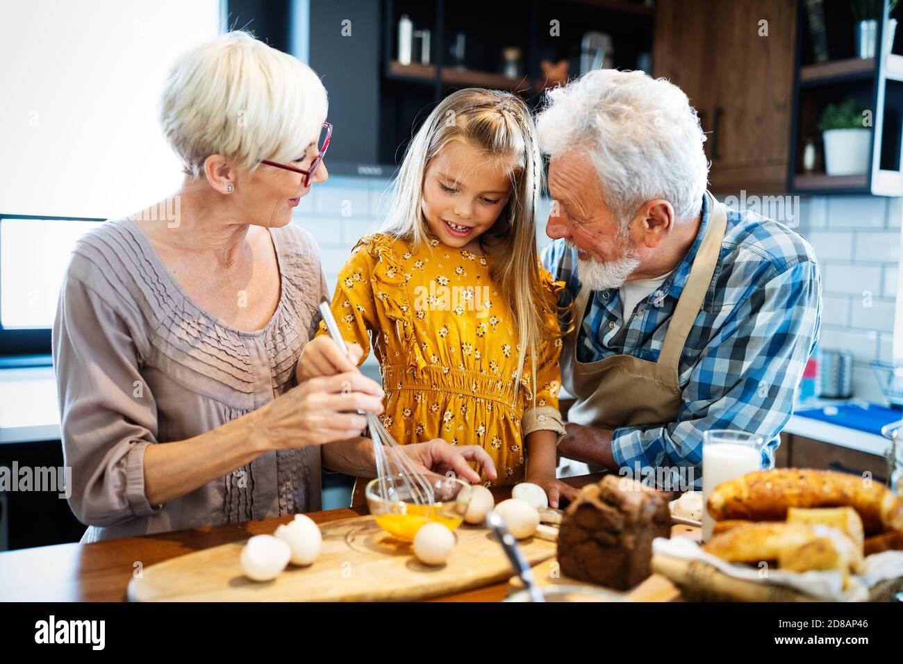 Happy smiling senior randparents de jouer avec leur petite-fille Banque D'Images