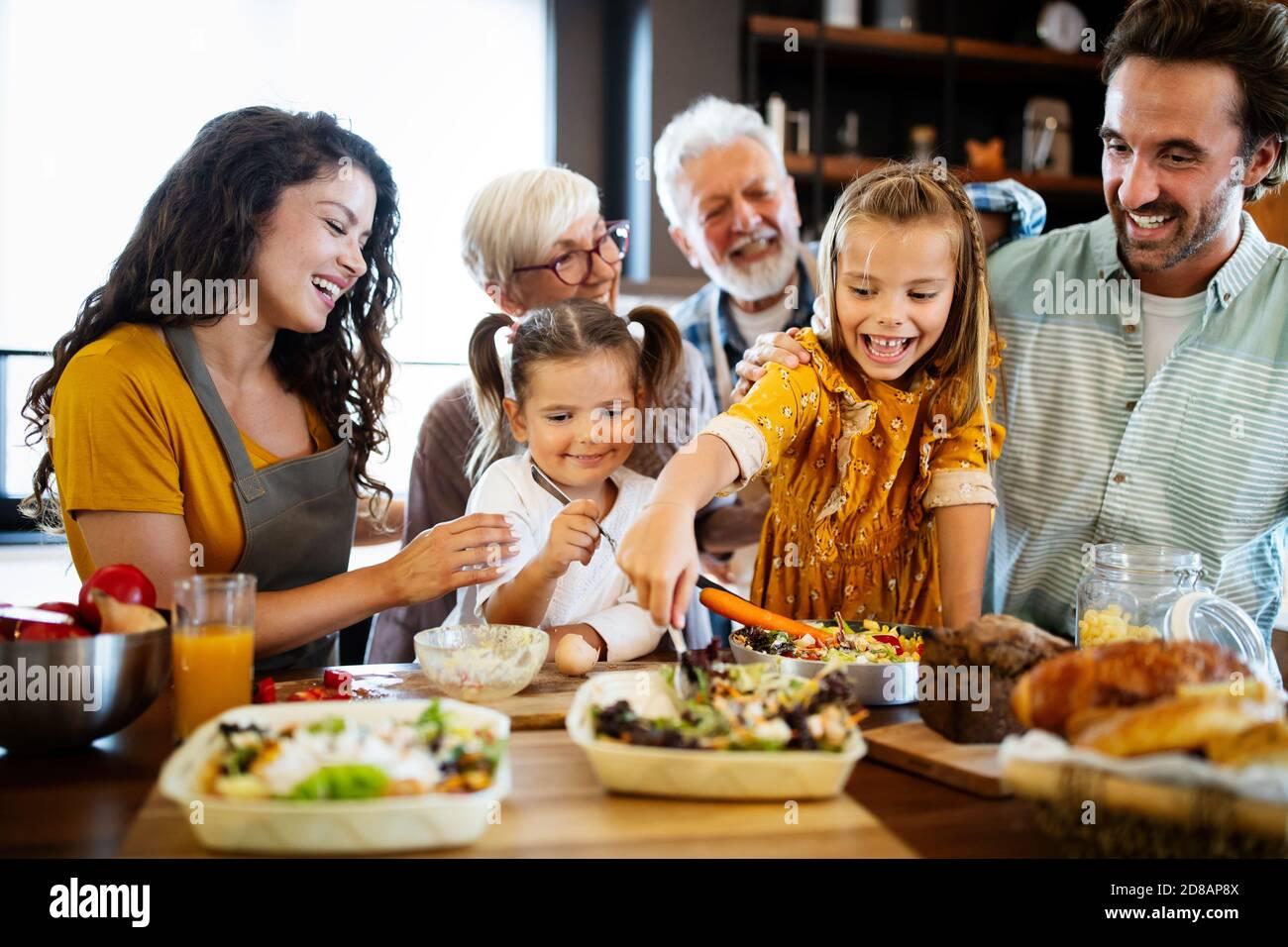 Heureux en famille passer du temps de qualité ensemble dans la cuisine Banque D'Images
