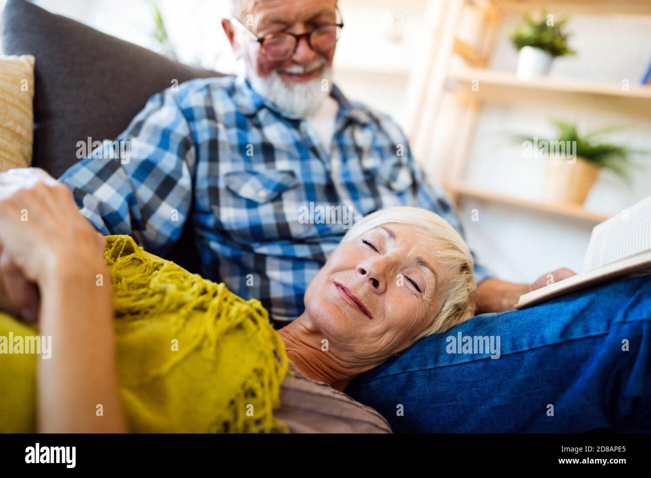 Happy senior couple relaxing at home together Banque D'Images