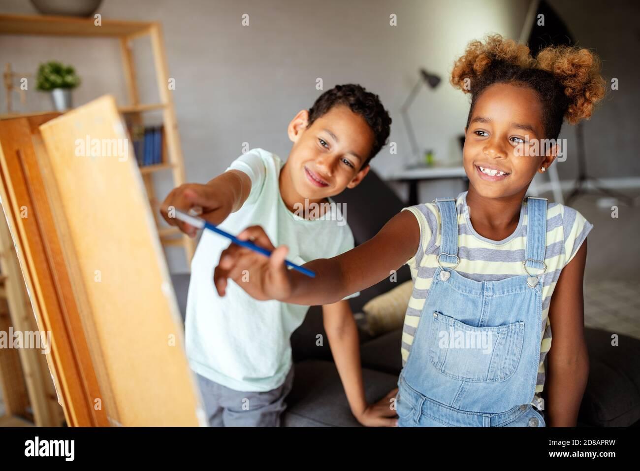 Concept de l'éducation de la petite enfance, la peinture, le talent, enfants heureux Banque D'Images