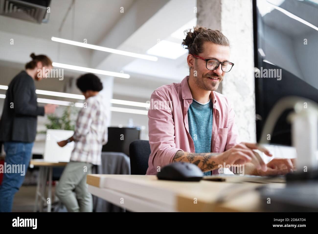 Programmateur travaillant et développant des logiciels au bureau Banque D'Images