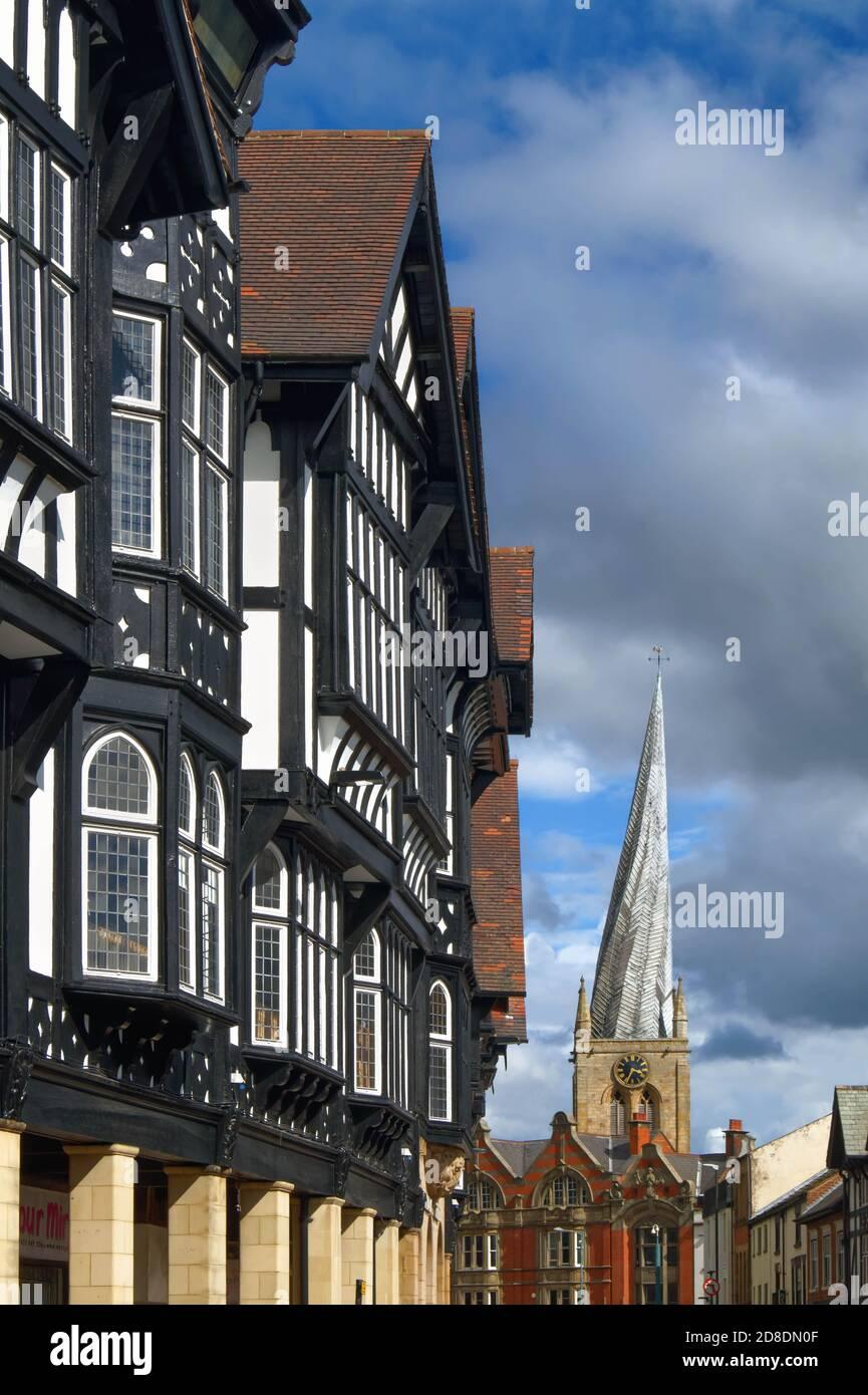 Royaume-Uni, Derbyshire, Chesterfield, Tudor style bâtiments sur Knifesmithgate et l'église Crooked Spire Banque D'Images