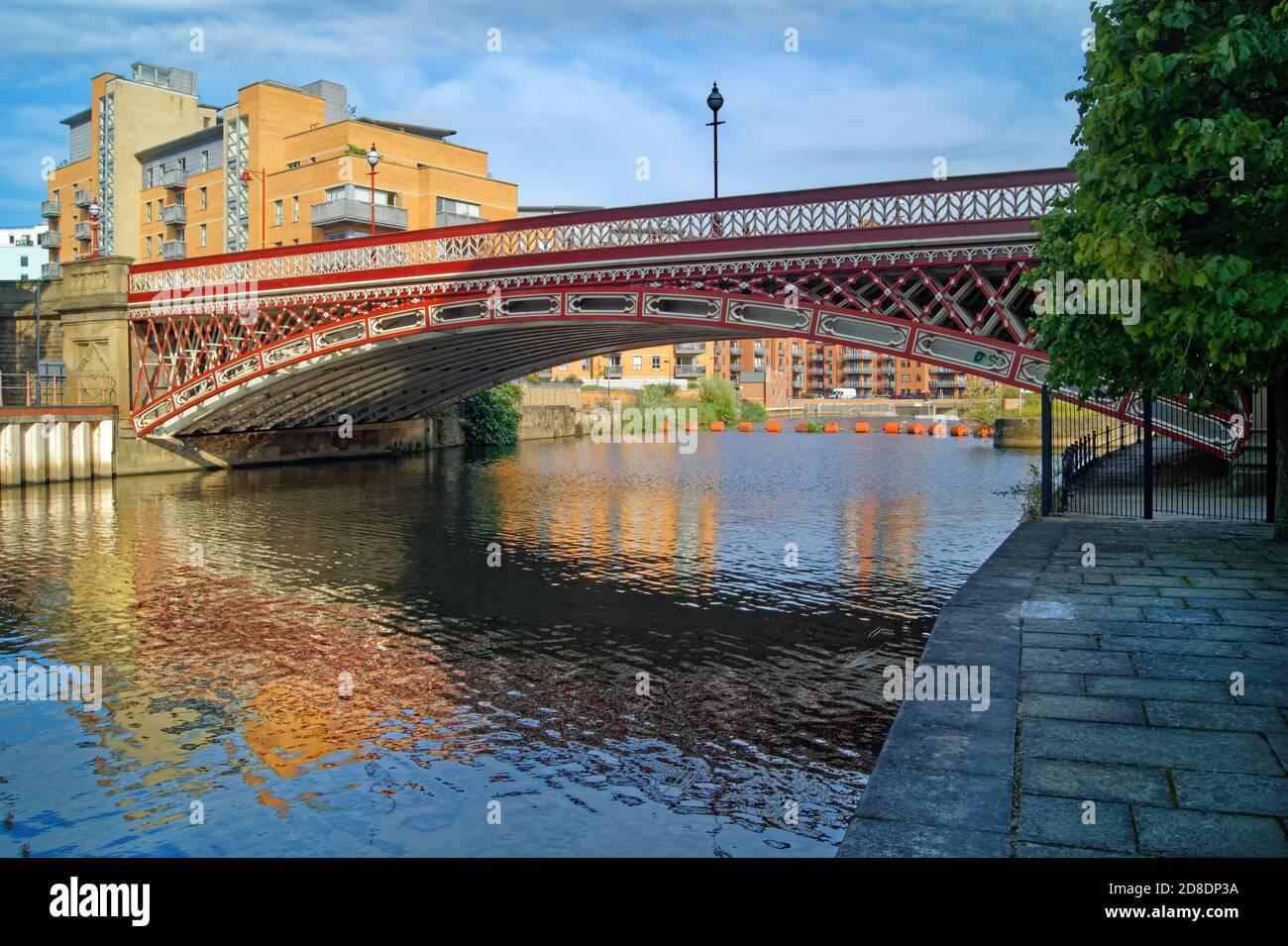 Royaume-Uni, West Yorkshire, Leeds, Crown point Bridge au-dessus de la rivière aire, entouré d'une promenade au bord de la rivière, de bureaux et d'appartements modernes au bord de l'eau. Banque D'Images