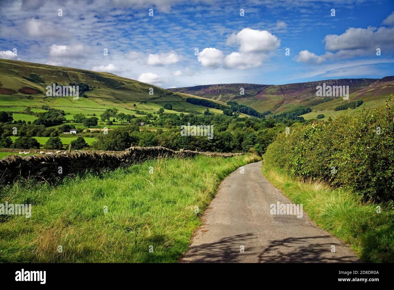 Royaume-Uni, Derbyshire, Peak District, Country Lane près d'Edale avec Grindslow Knoll et Kinder Scout en arrière-plan Banque D'Images