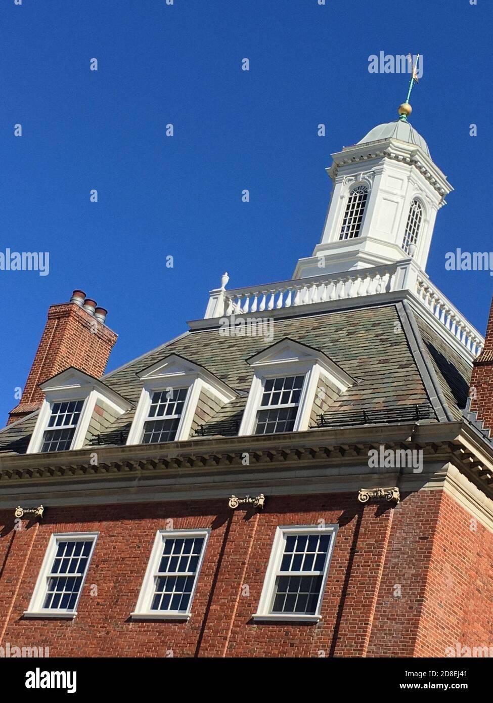 Vue à angle bas de Cupola et Météo Vane, Silliman College, Université de Yale, New Haven, Connecticut, États-Unis Banque D'Images