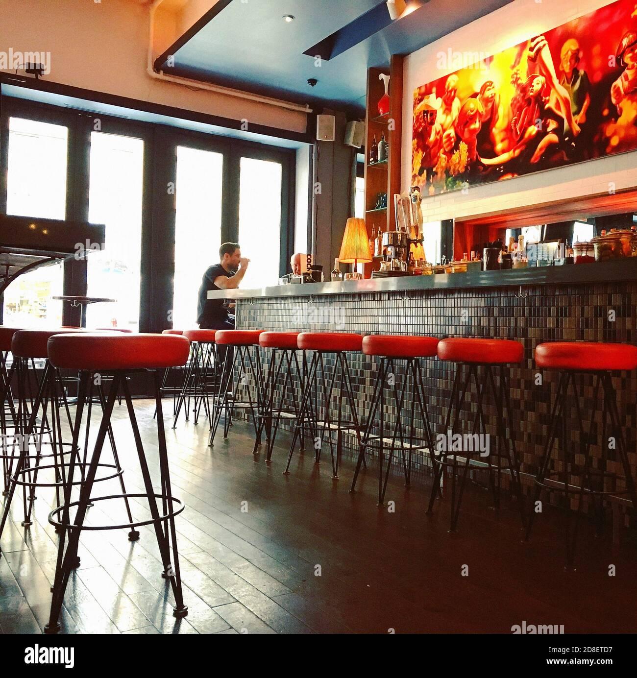 Deux hommes assis au Bar dans le restaurant Banque D'Images