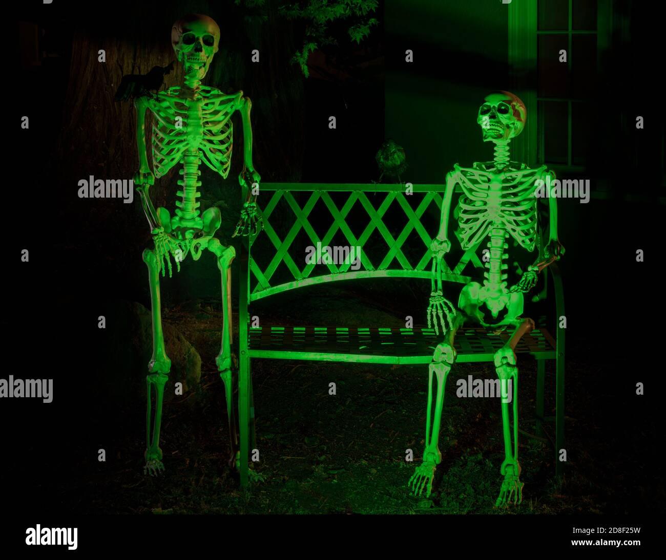 Squelettes et corneilles accrochés à l'extérieur d'une maison à Halloween fête Banque D'Images