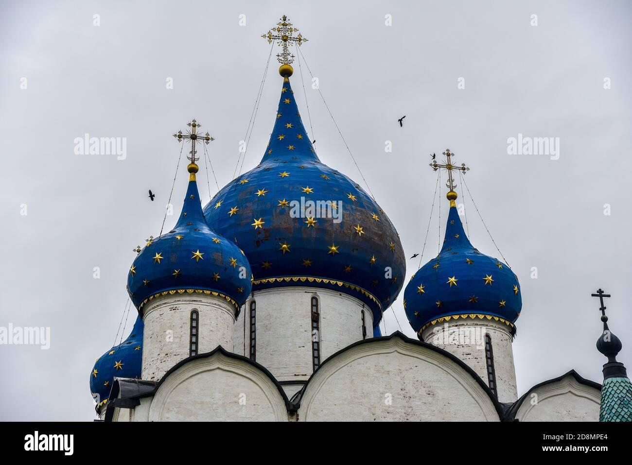 La cathédrale de la Nativité de la Vierge Marie bénie et les chambres de l'évêque du Kremlin de Suzdal. Suzdal, région de Vladimir, Russie. Dômes bleus Banque D'Images