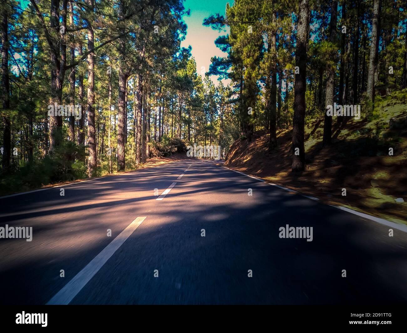 Longue route asphaltée vue sur le sol et concept de voyage - montagne et paysage aérien - excursion en plein air dans un endroit pittoresque arrière-plan Banque D'Images