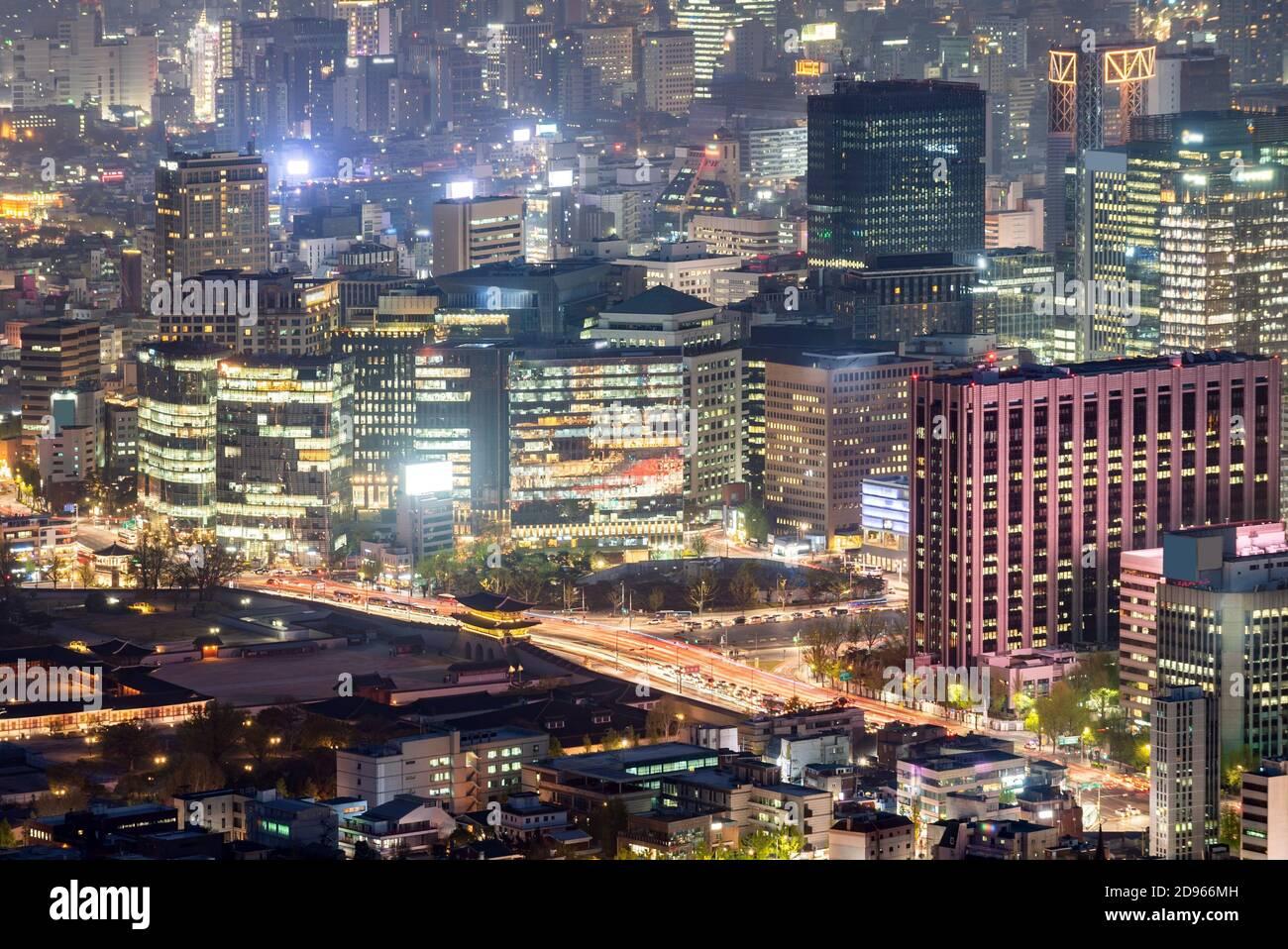 Vue aérienne au coucher du soleil et de nuit sur le paysage urbain du centre-ville de Séoul en Corée du Sud. Banque D'Images