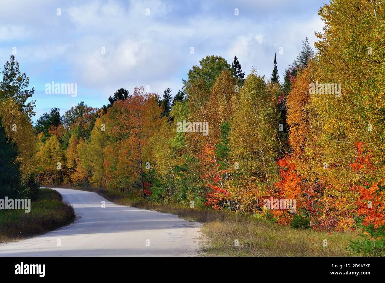 Paradise, Michigan, États-Unis. L'automne descend sur un tronçon de route vide dans la péninsule supérieure du Michigan. Banque D'Images