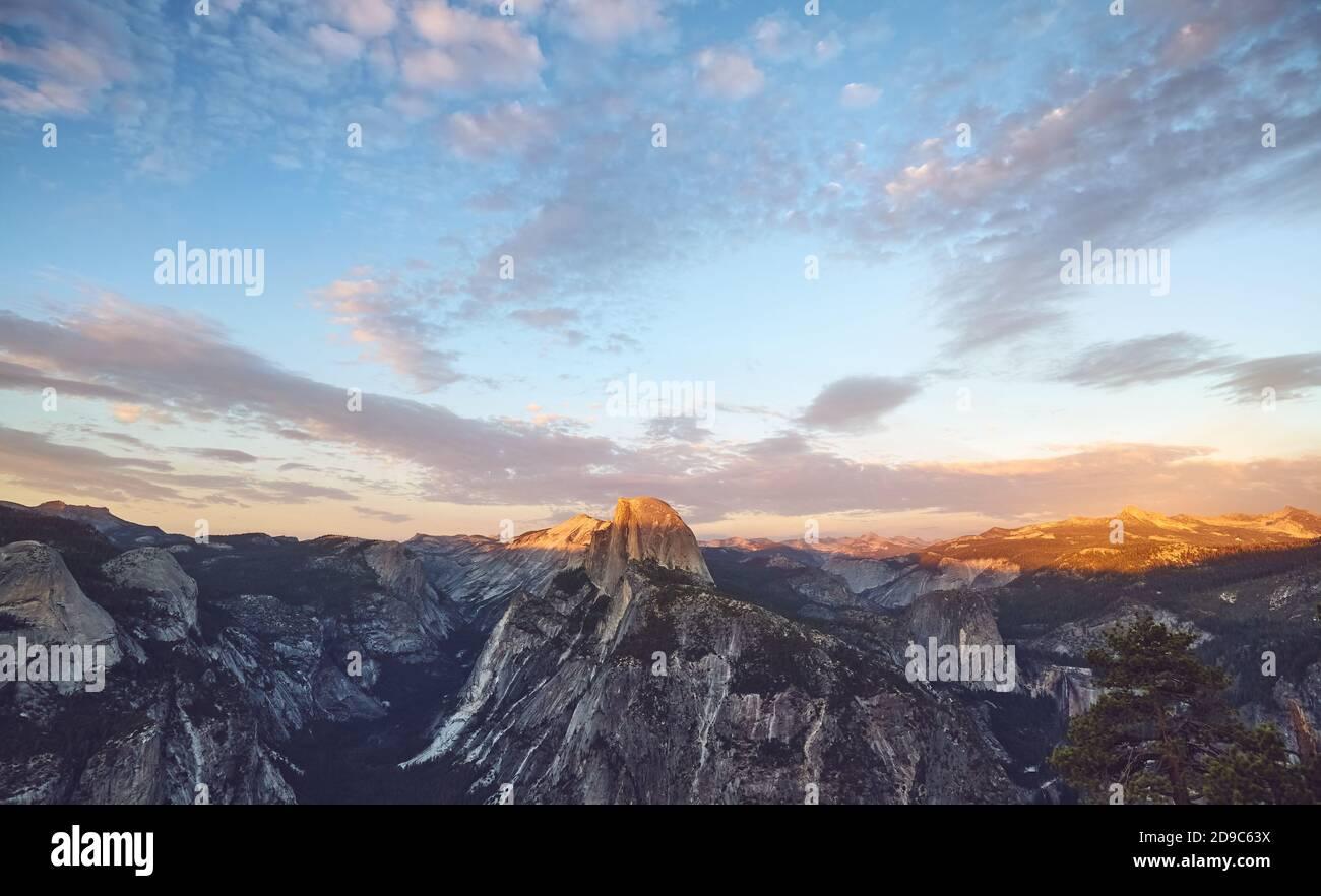 Coucher de soleil pittoresque au-dessus du demi-dôme, parc national de Yosemite, États-Unis. Banque D'Images
