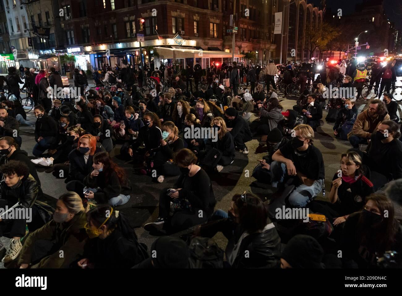 New York, États-Unis. 04e novembre 2020. New York, NY - 4 novembre 2020 : des manifestants bloquent la circulation et s'assoient dans la 14e rue et la 2 avenue. Crédit : SIPA USA/Alay Live News Banque D'Images