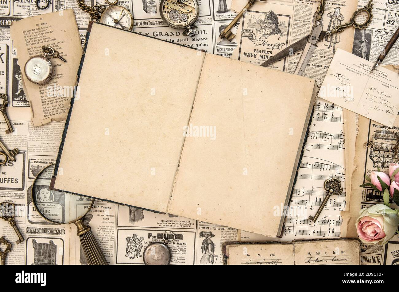 Livre ouvert et produits d'époque. Fond de maquette papier Banque D'Images