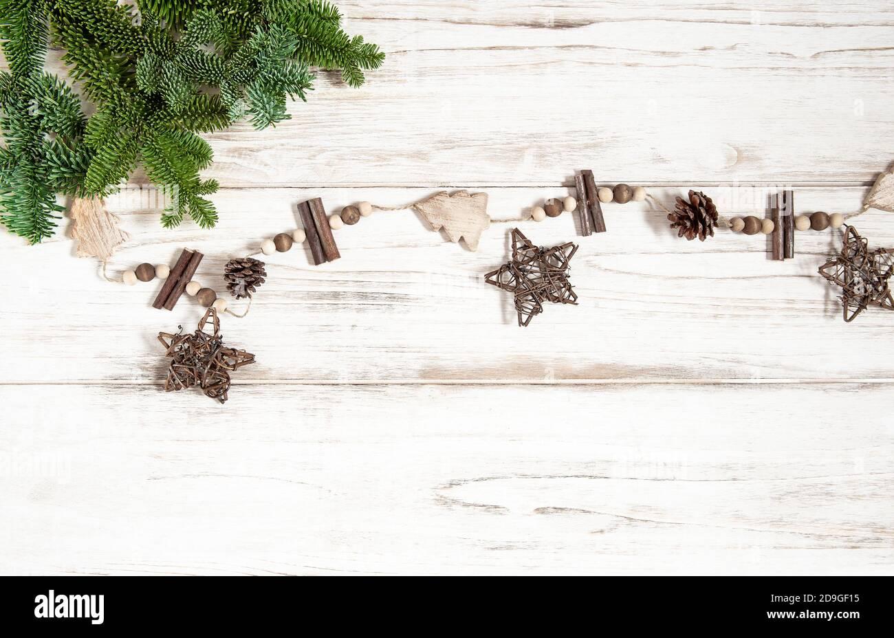 Décorations de Noël en bois avec branches en pin Banque D'Images