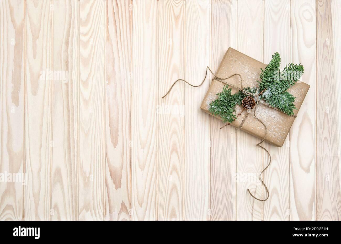 Décoration de Noël avec cadeau et branches en pin Banque D'Images
