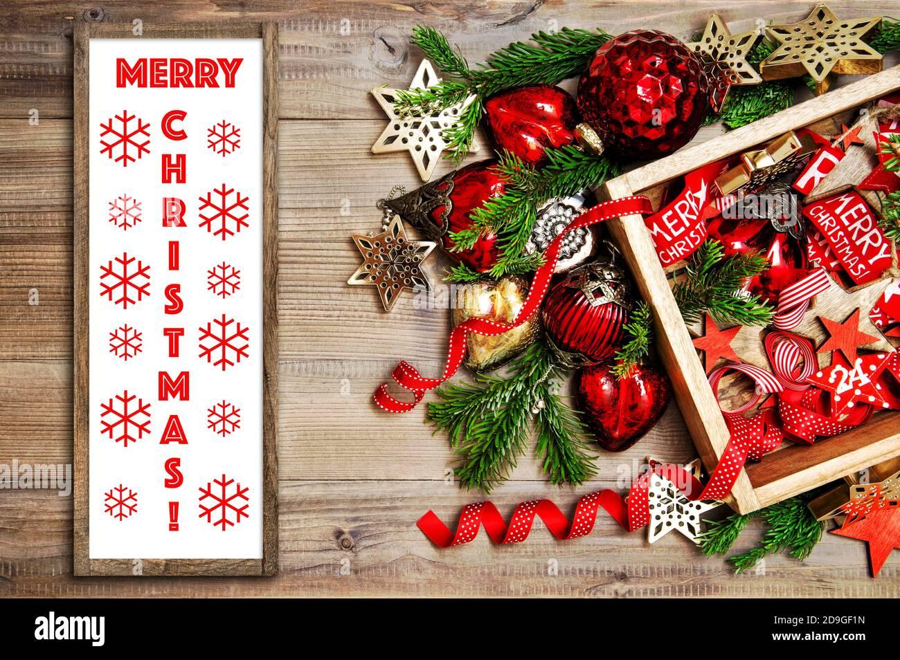 Affiche en bois Merry Christmas maquette rouge décorations dorées ornements Banque D'Images