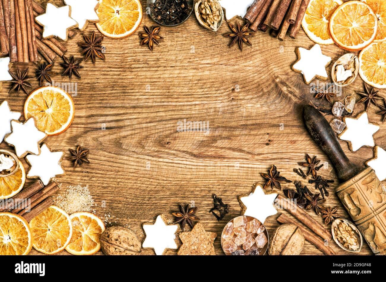Arrière-plan de la nourriture de Noël. Biscuits et épices sur table en bois Banque D'Images