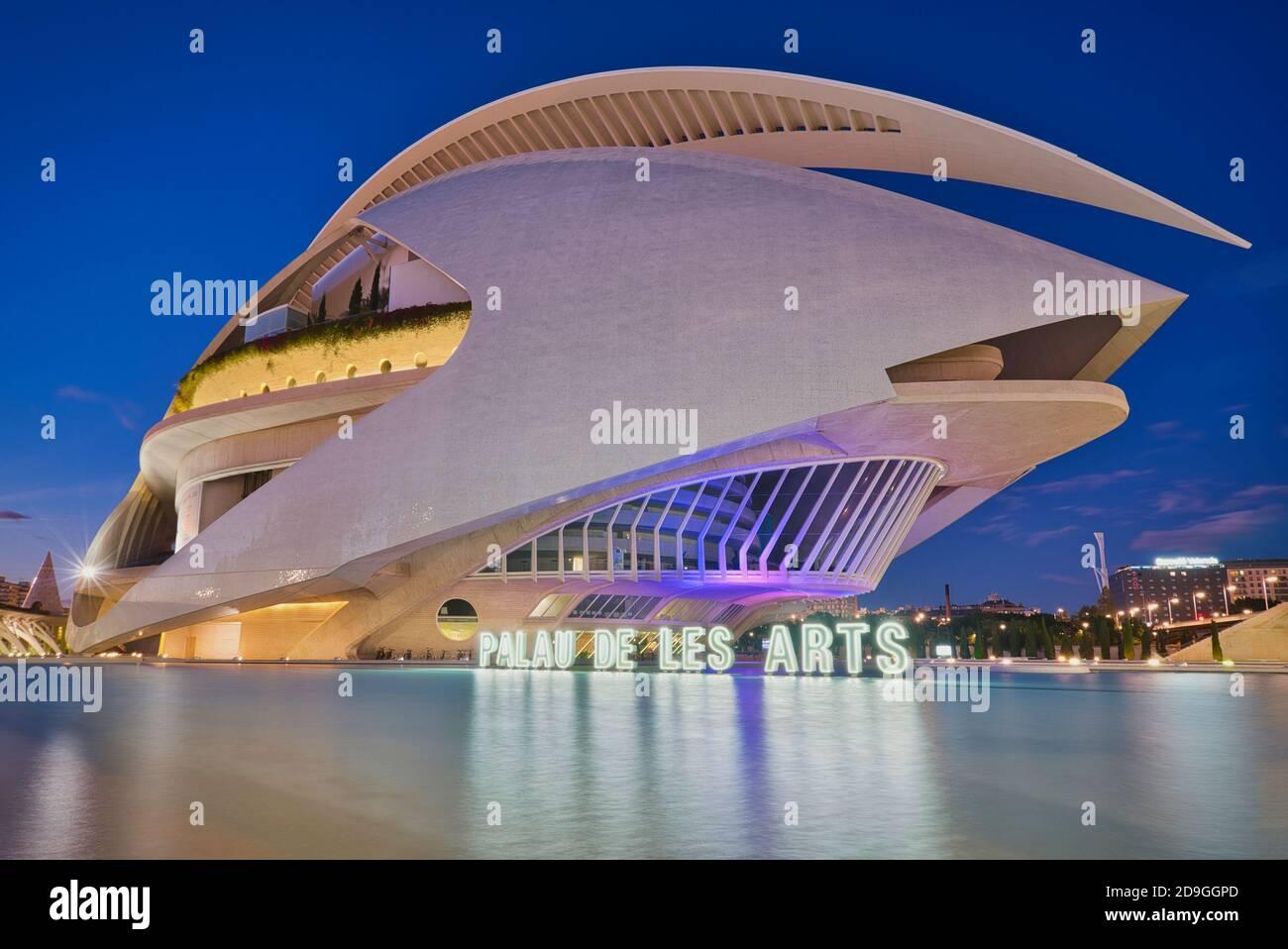 Photo du Palau de les Arts de Valence à heure bleue Banque D'Images
