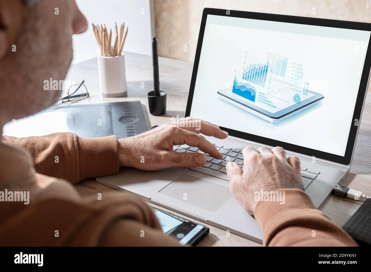 homme d'affaires analysant des statistiques sur l'écran d'ordinateur portable, travaillant avec des graphiques financiers graphiques en ligne, en utilisant des logiciels d'affaires pour l'analyse de données et de projet Banque D'Images