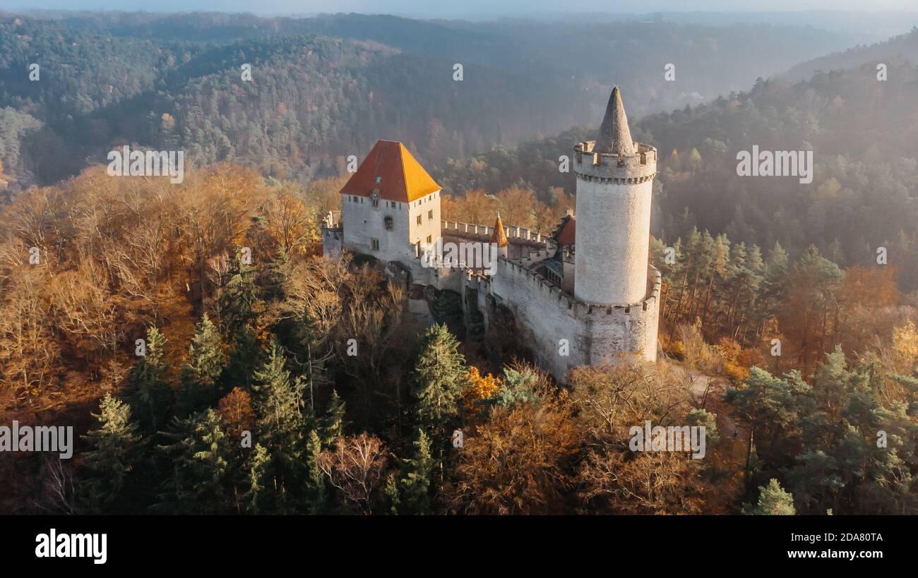 Vue aérienne sur l'automne du château de Kokorin construit en pierre 14ème siècle.il se trouve au milieu de la réserve naturelle sur Un éperon rocheux escarpé au-dessus du Kokorin Banque D'Images