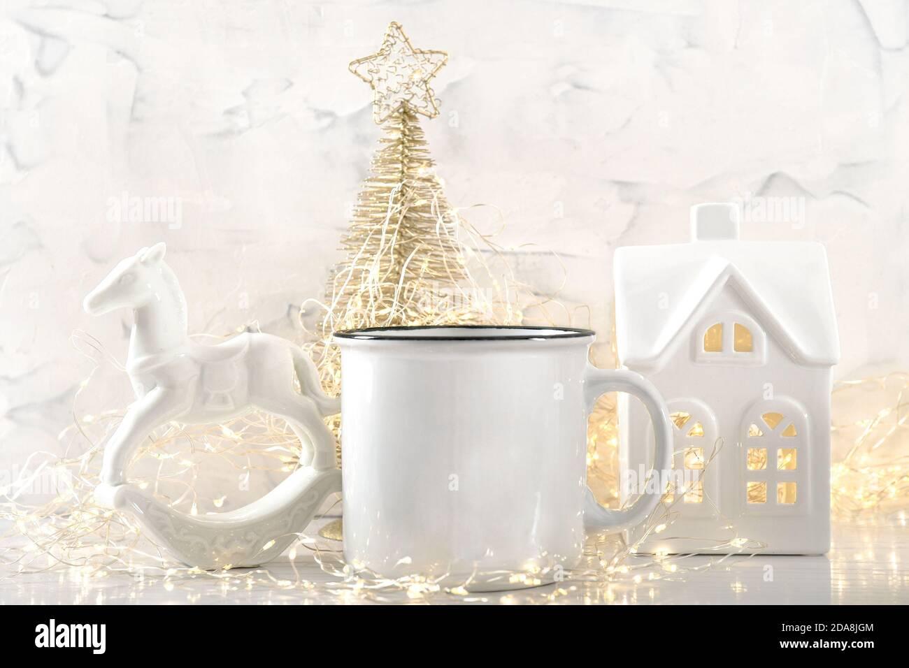 Tasse blanche avec lumières de Noël décoration de fond Banque D'Images