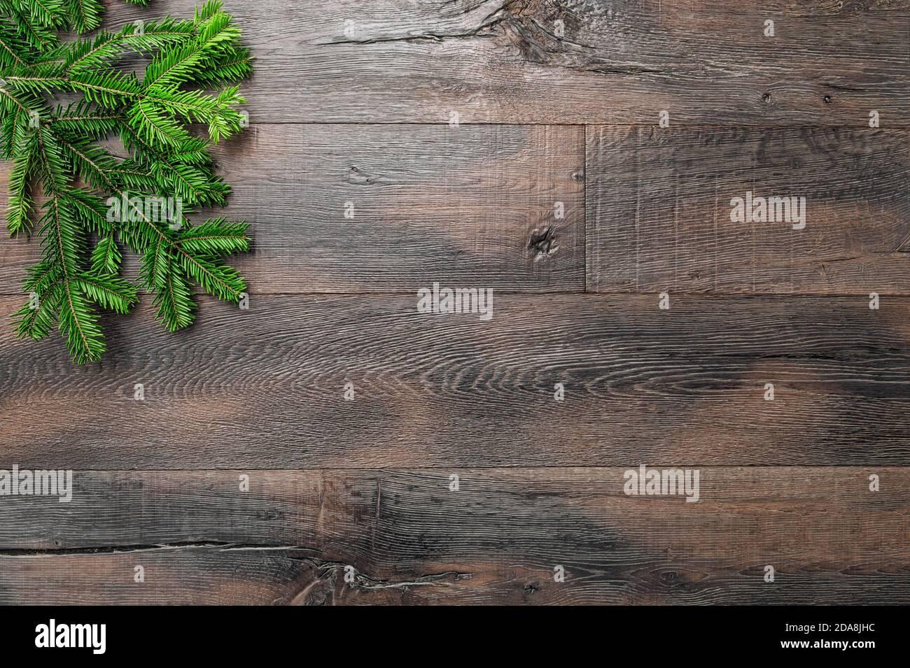 Décoration de Noël sur fond de bois rustique. Branches de pin vert. Banque D'Images