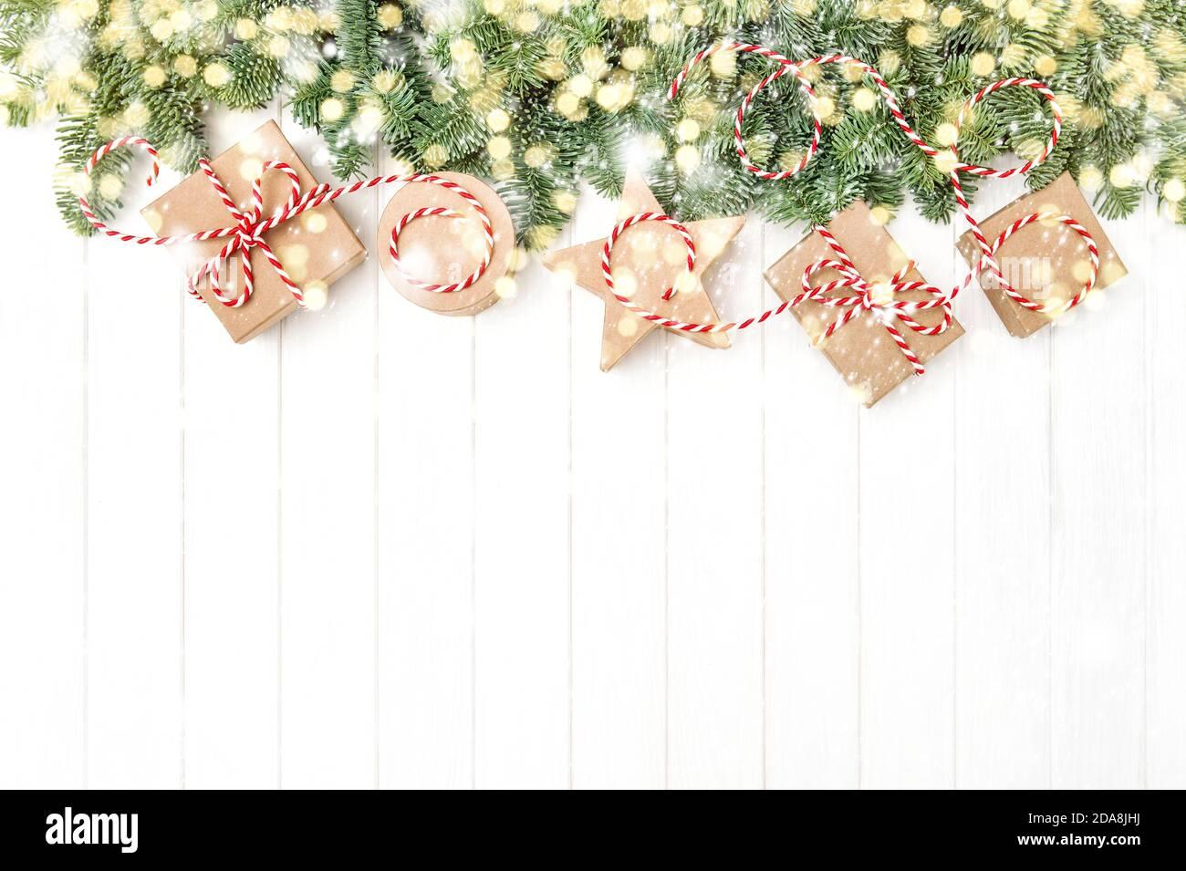 Branches d'arbres de Noël et boîtes-cadeaux. Lumières et décoration neige Banque D'Images