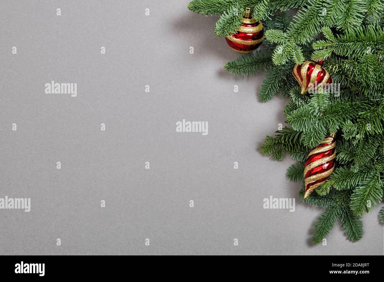 Décorations de Noël et boules avec branches en pin Banque D'Images