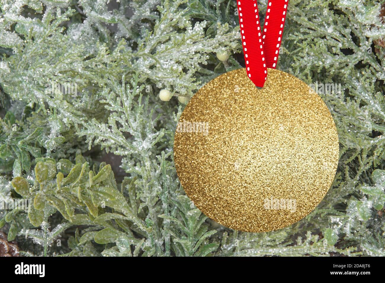 Décoration de Noël dorée maquette sur fond d'arbre de Noël Banque D'Images