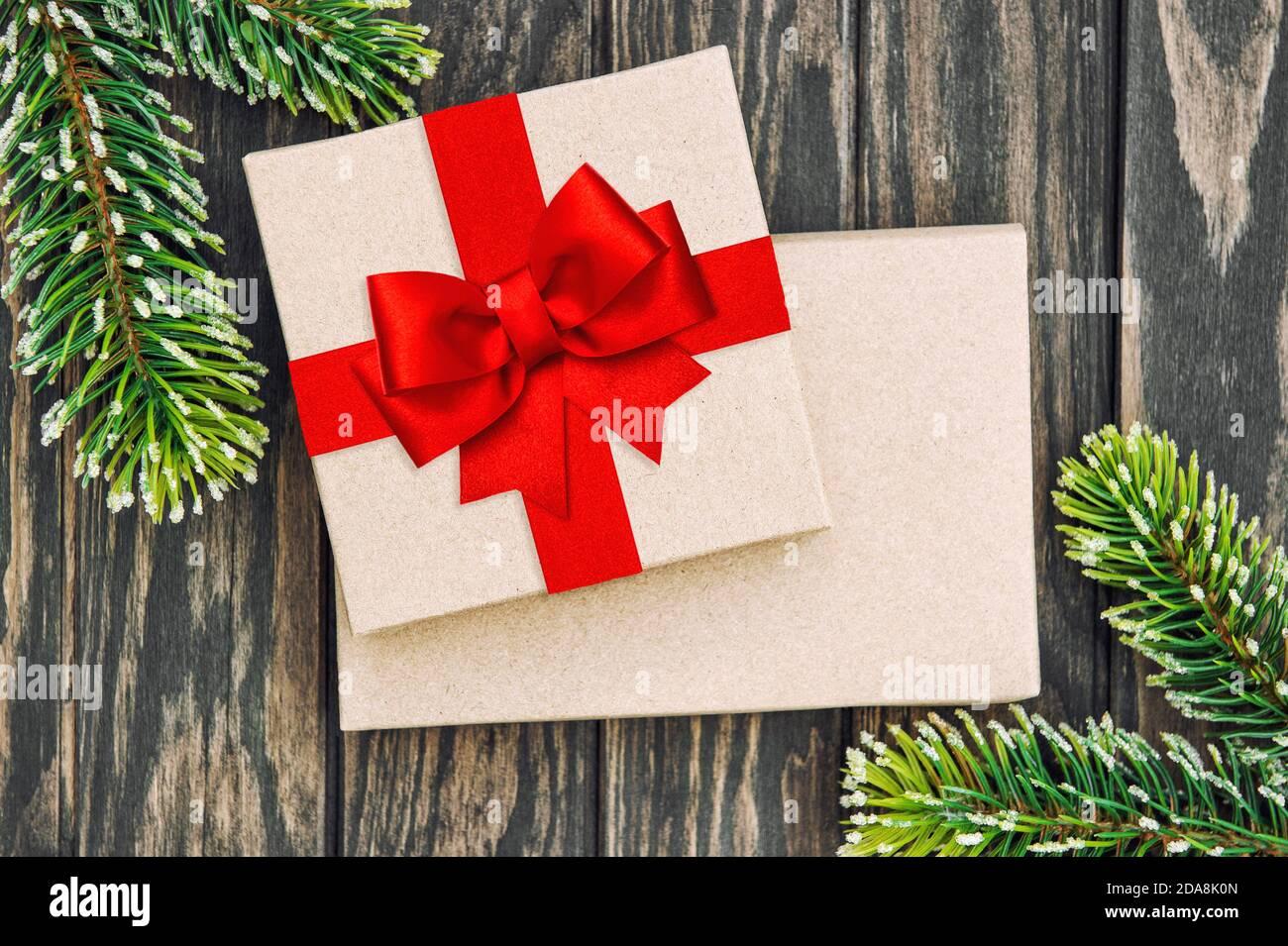 Boîte cadeau avec noeud en ruban rouge. Décoration de Noël Banque D'Images