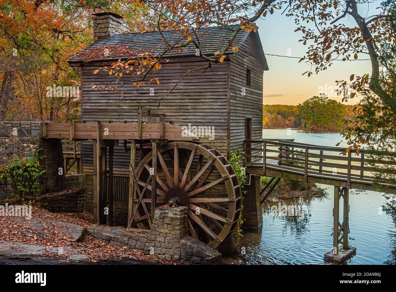 Soirée d'automne au moulin de Stone Mountain dans le parc de Stone Mountain, près d'Atlanta, en Géorgie. (ÉTATS-UNIS) Banque D'Images