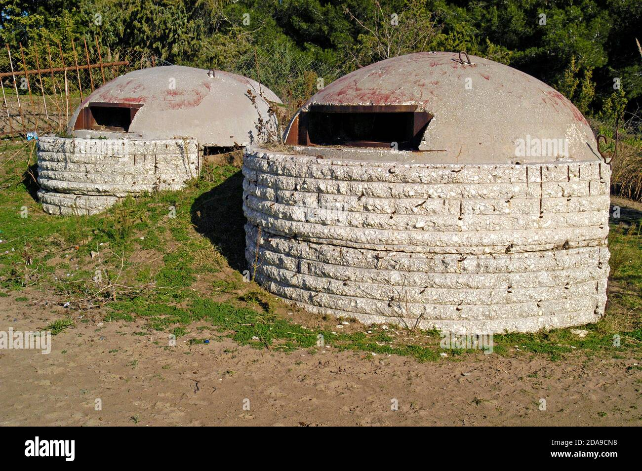 Bunkers en béton, Albanie rurale Banque D'Images