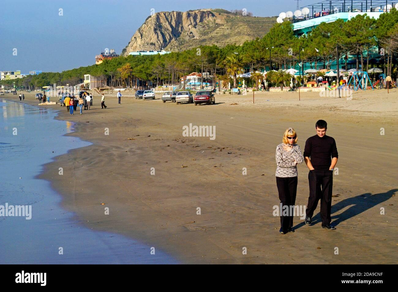 Couple marchant sur la plage près de Durres, Albanie Banque D'Images