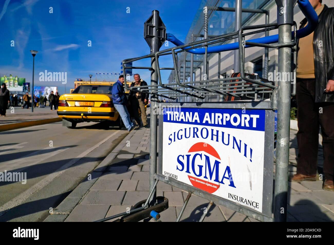 Tramway à bagages et taxi à l'aéroport mère Theresa, Tirana, Albanie Banque D'Images