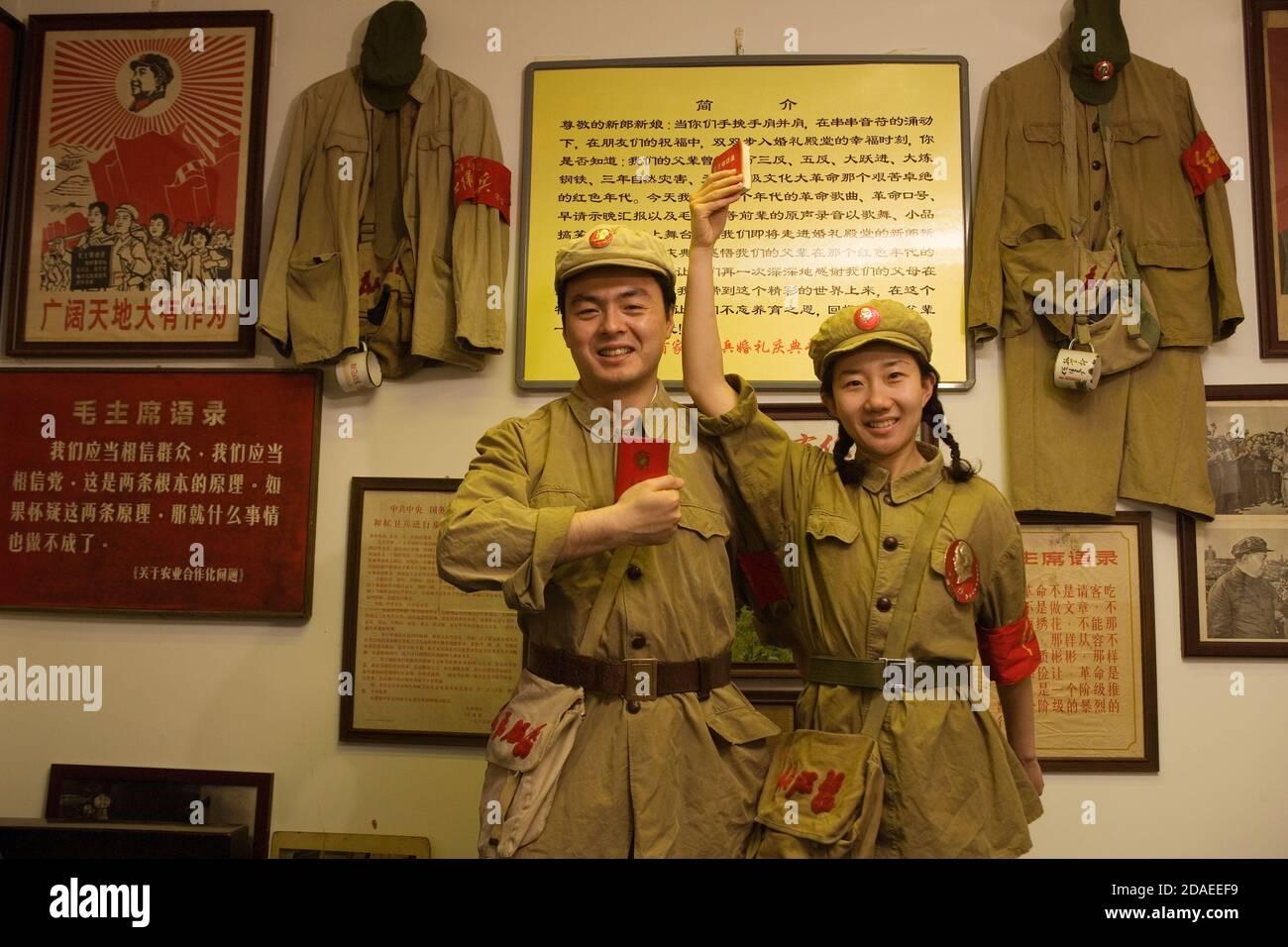 BEIJING, CHINE - JUIN 2006 : Li Bin, 28 ans, un employé de banque et sa mariée Shi Yang, 26 ans, un enseignant du secondaire, tient le petit livre rouge de Mao et portent des vêtements authentiques de la Révolution culturelle de la fin des années 1960. Banque D'Images