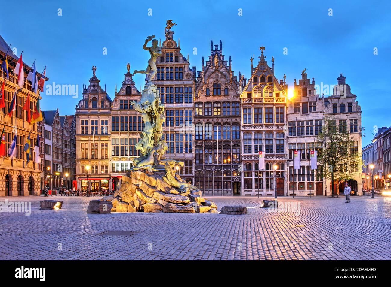 Une série de Guildhalls du XVIe siècle à Grote Markt (grande place du marché) dans la vieille ville d'Anvers, en Belgique, au crépuscule. Banque D'Images