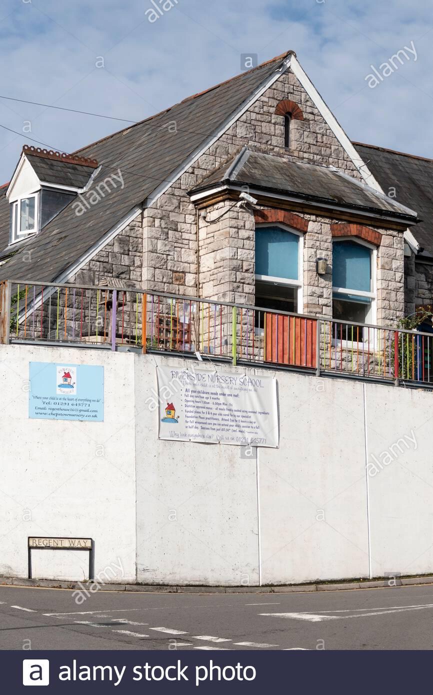 Vue sur la rue de Riverside nursery School à Chepstow, Monbucshire, pays de Galles, Royaume-Uni Banque D'Images