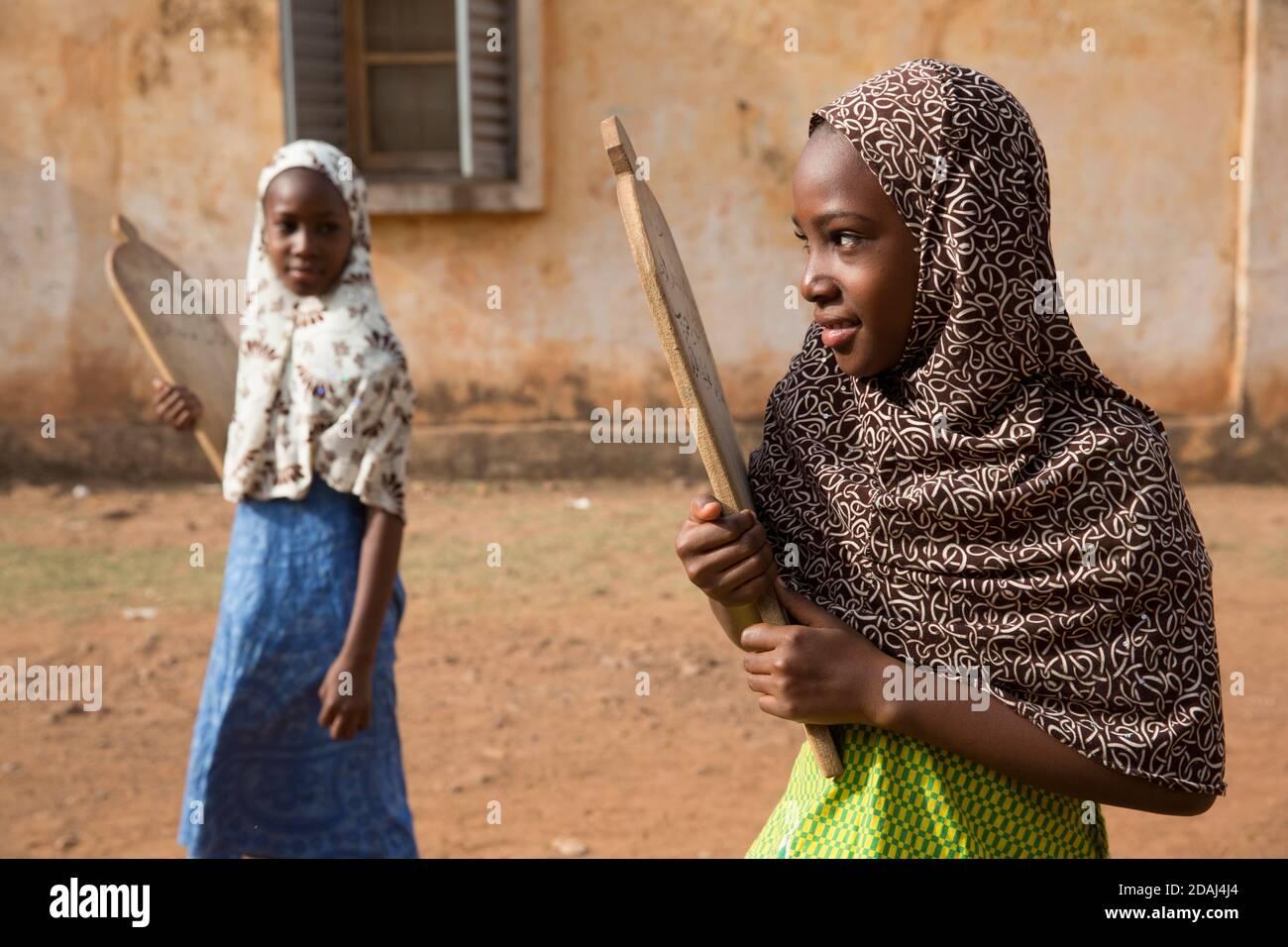 Bamako, Mali, le 25 avril 2015; les filles se rentrant à l'école coranique en début de matinée. Banque D'Images