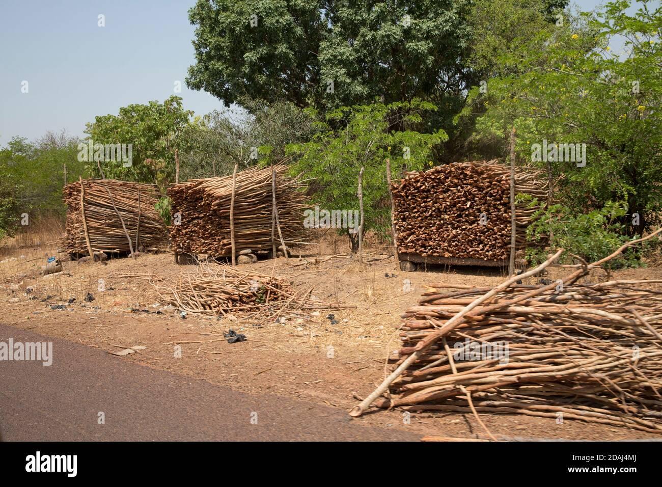 Région de Selingue, Mali, 25 avril 2015; Bois de chauffage de la forêt coupé pour le bois de chauffage en vente sur le bord de la route. Banque D'Images