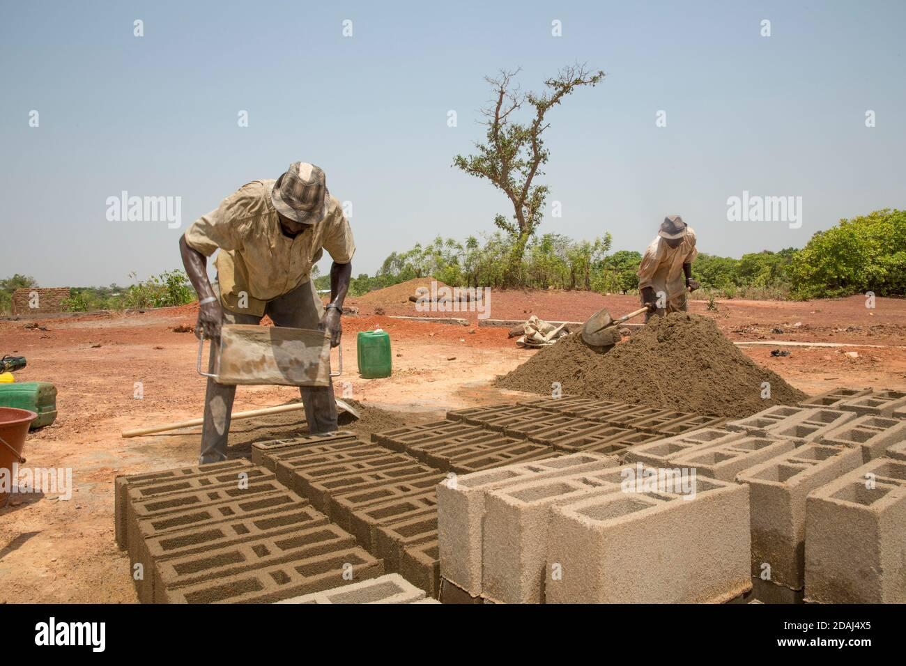 Selingue (Mali), le 25 avril 2015; Cement brackmakers Moise Diarrra (à gauche) et Abdoulaye Togola. Banque D'Images