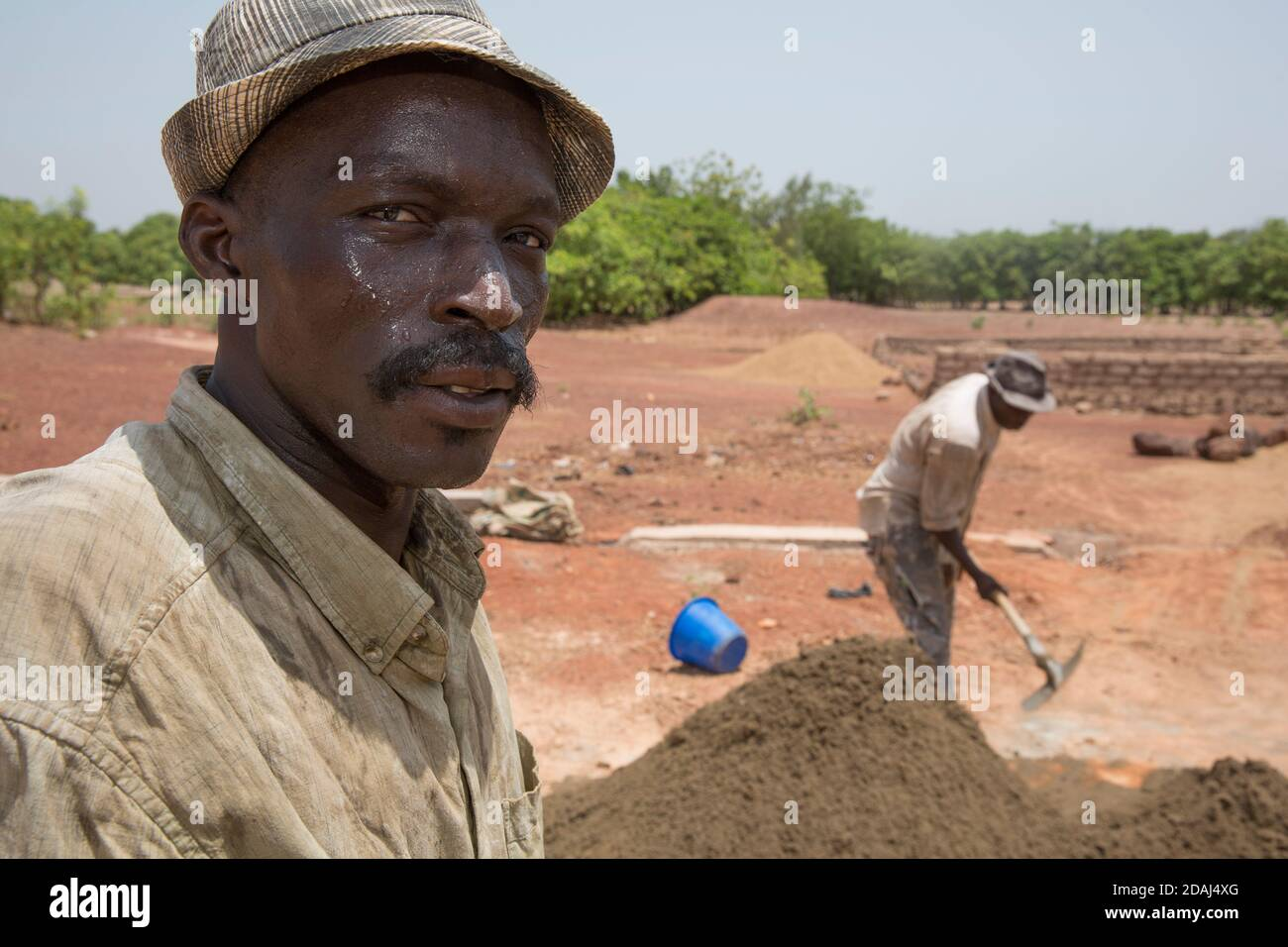 Selingue (Mali), le 25 avril 2015; Cement brackmakers Moise Diarrra (à gauche) et Abdoulaye Togola. Ils sont briqueteurs à temps plein, travaillant de 9 h à 12 h tous les jours. Banque D'Images