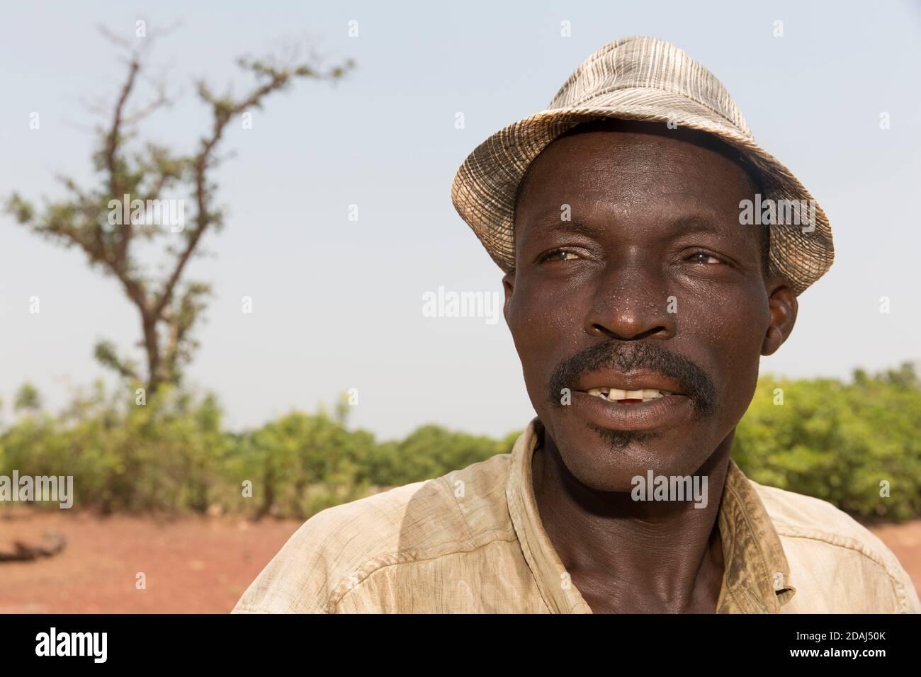 Selingue, Mali, le 25 avril 2015; fabricant de briques Cement Moise Diarrra. Il est brickmaker à temps plein, travaillant de 9 h à 12 h tous les jours. Banque D'Images