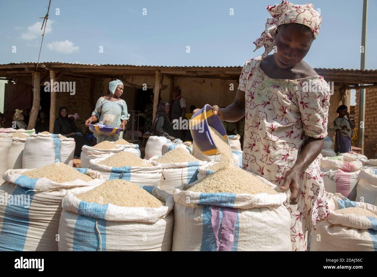 Selingue, Mali, 25 avril 2015; préparation des sacs de riz le jour du marché. Banque D'Images