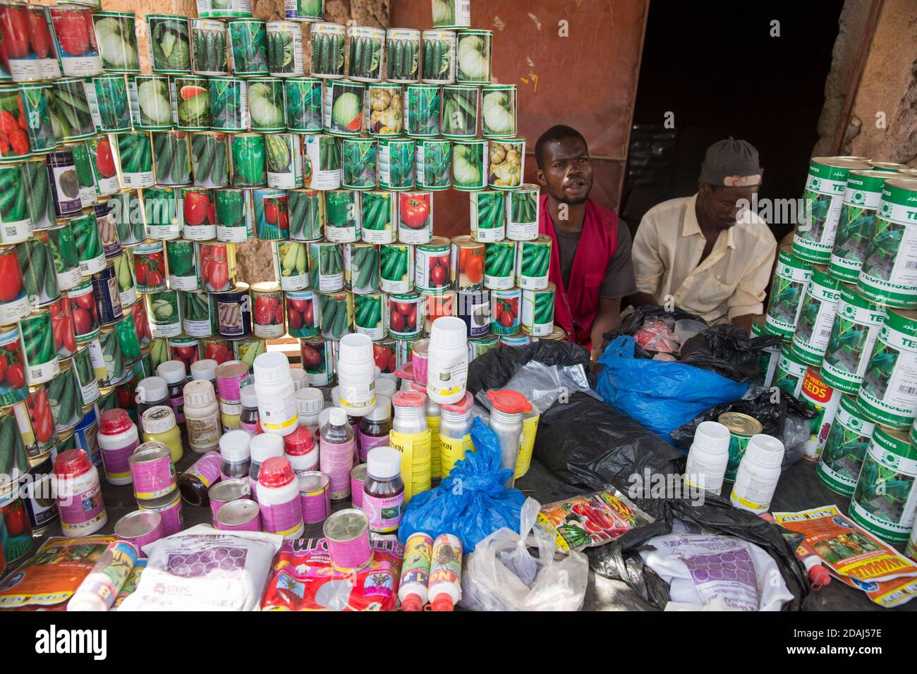 Selingue, Mali, 25 avril 2015; Sall vend des semences et des intrants agricoles le jour du marché. Banque D'Images
