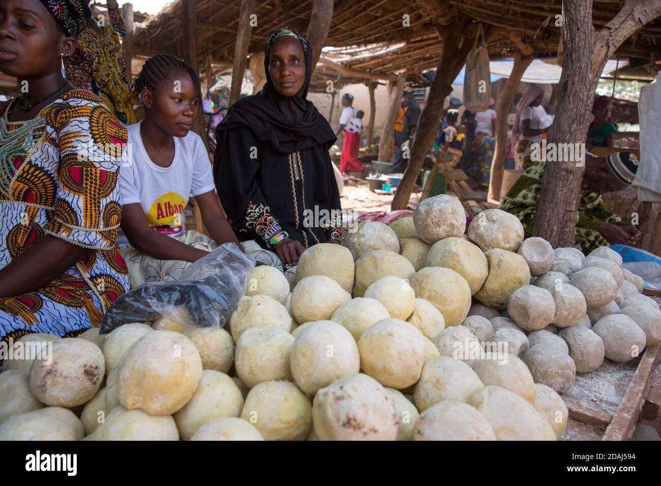 Selingue, Mali, 25 avril 2015; Awa Diallo, qui vend du savon traditionnel. Elle achète des lots de 1,000 savons et vend chacun pour 10 CFA. Elle peut vendre 1,000 savons par jour de marché. Banque D'Images