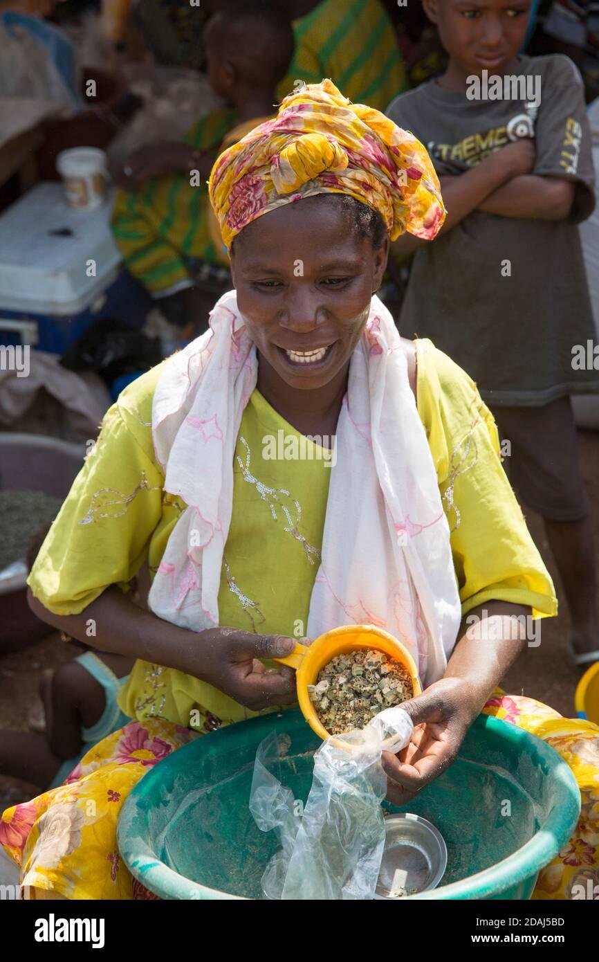 Selingue, Mali, 25 avril 2015; vendeur d'okra séché, Adiara Sidibe, 35. Elle grandit et sèche son propre okra. Elle peut faire jusqu'à 10,000 CFA par jour de marché. Banque D'Images