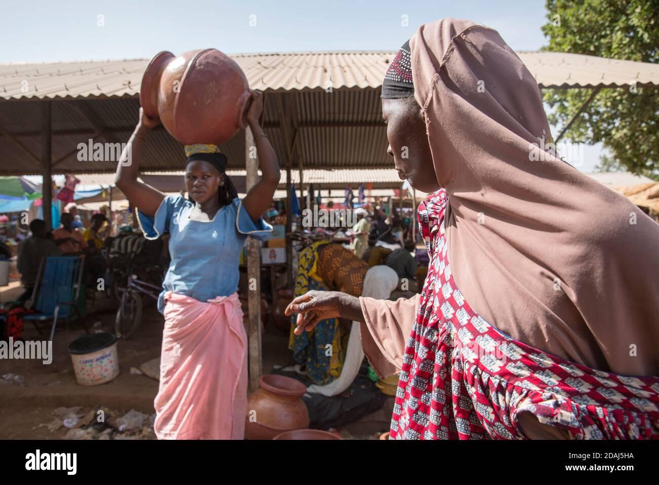 Selingue, Mali, le 25 avril 2015 ; Noumou Sira, un potier, vend ses grands pots de 1,000 à 1250 CFA chacun. Elle peut faire 4 pots par jour et feu 20 pots en même temps. Le bois pour le four lui coûte 10,000 CFA. Banque D'Images